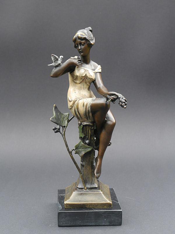 Dekorative Figur einer jungen Dame