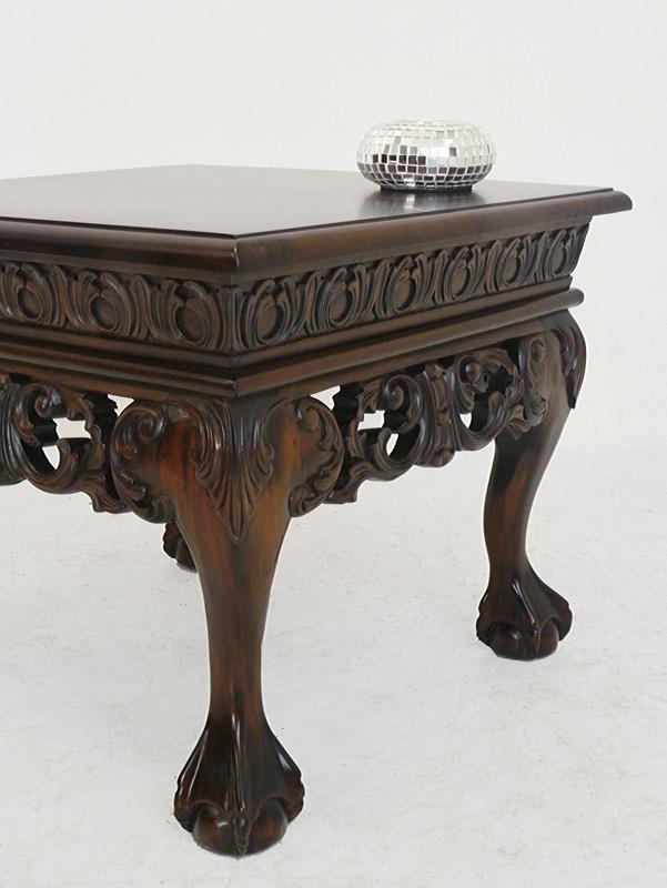 Der Tisch steht auf geschwungene Beine