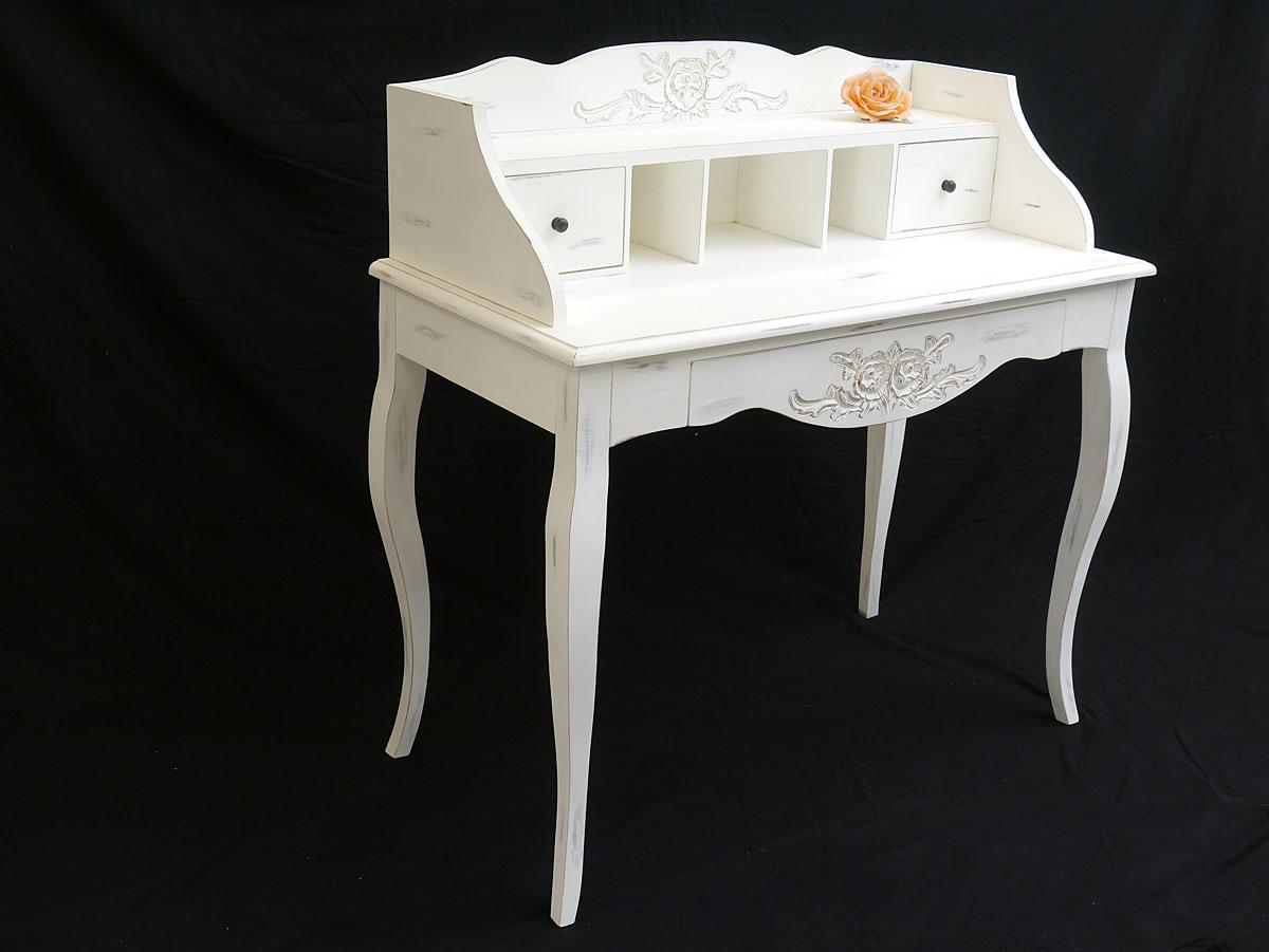 Der Schreibtisch ist mit floralen Schnitzereien ausgestattet