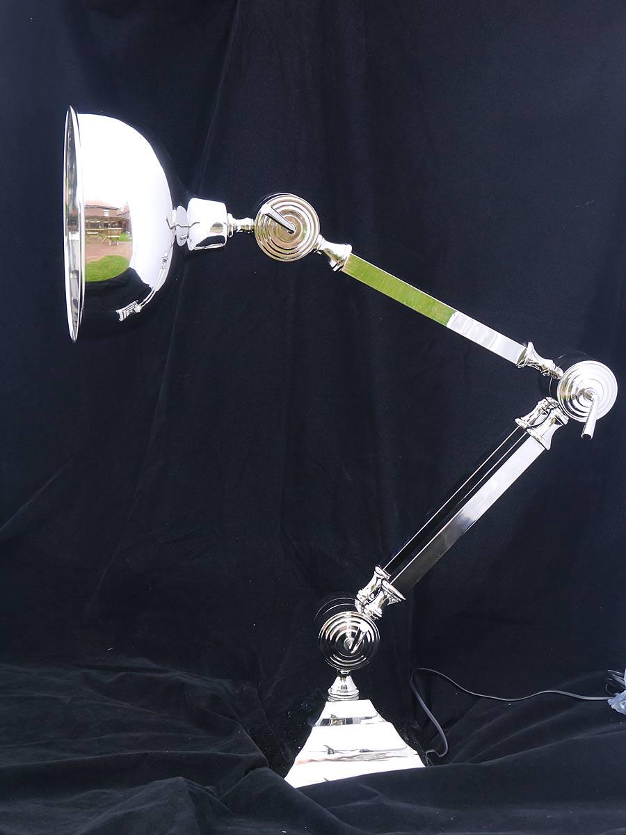 Die Gelenkarme der  Stehlampe sind verstellbar