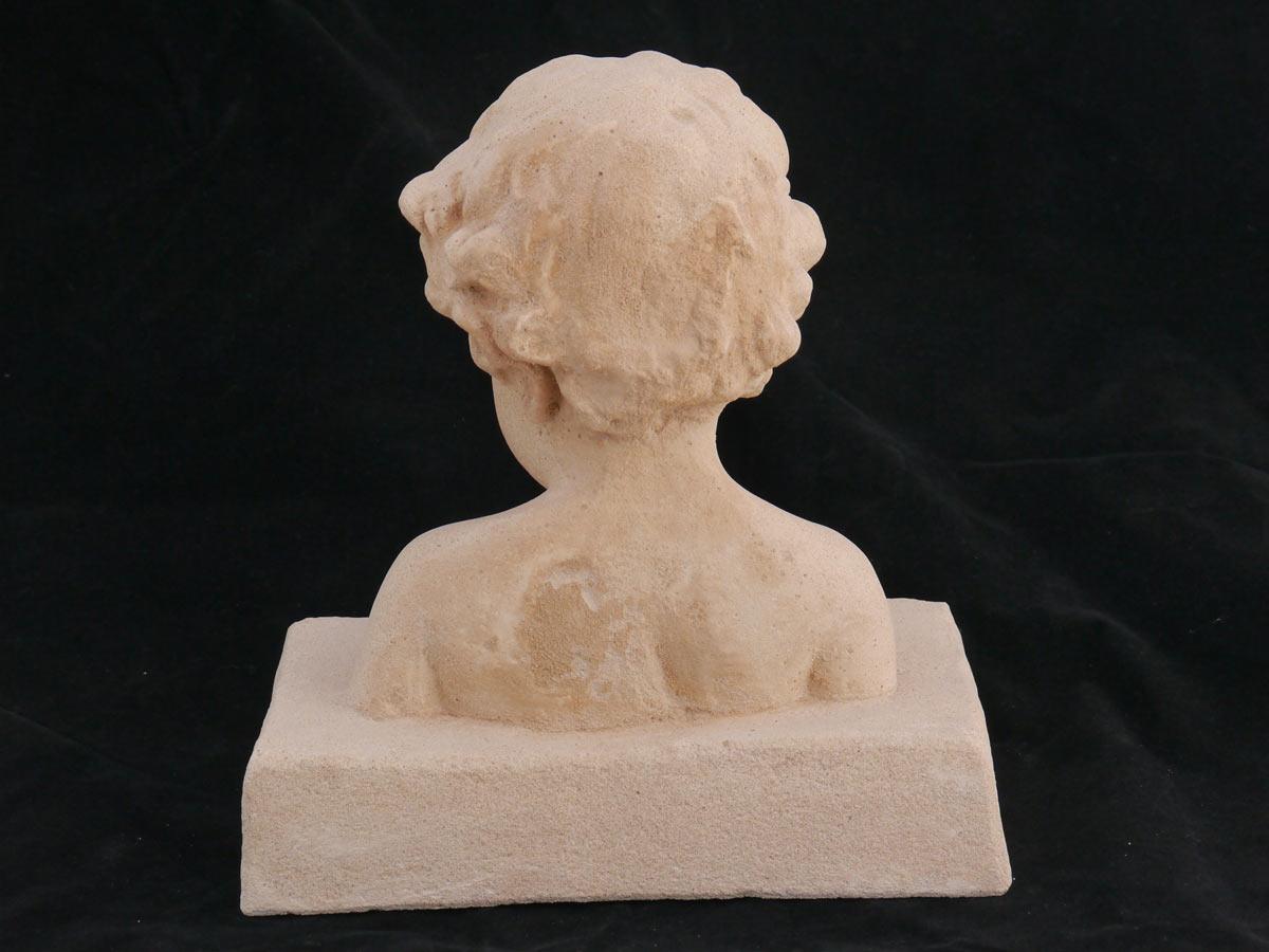 Die Skulptur ist aus Sandstein gefertigt