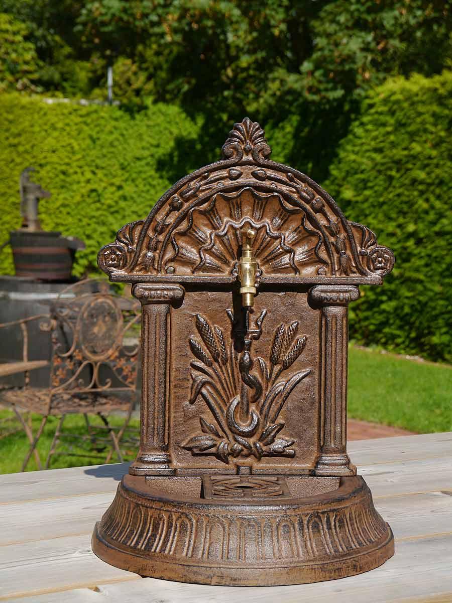 Der Standbrunnen ist aus Gusseisen gefertigt