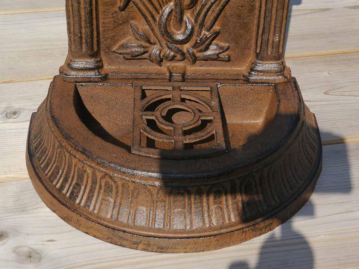 Gusseisenbrunnen im rostbraunem Farbton