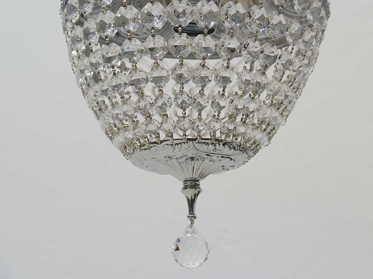 An der Lampe befindet sich eine Kristall Abschlußkugel