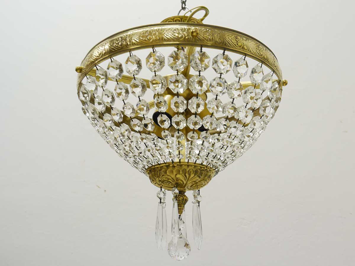 Die Lampe ist mit einer Kristallkugel und Eiszapfen behangen