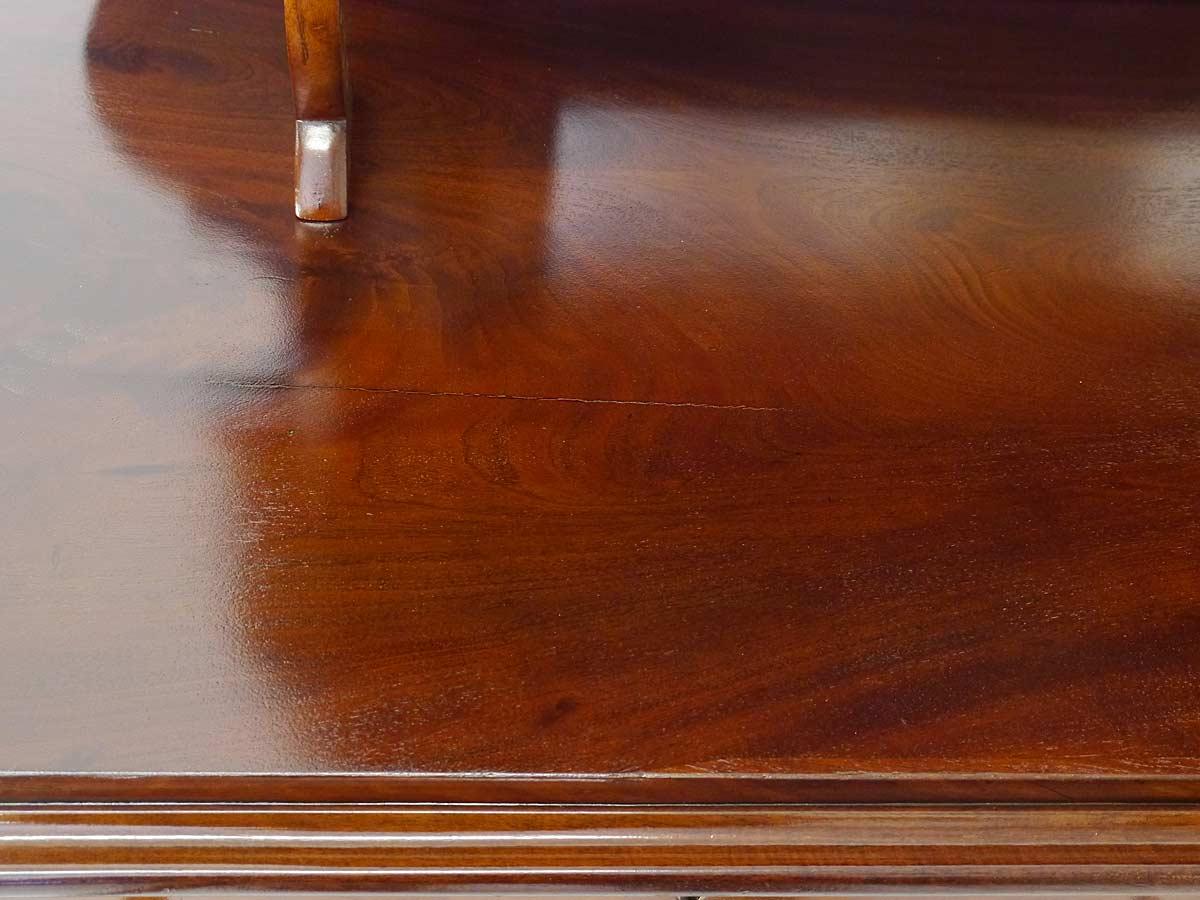 Furnierriss auf der Deckplatte der Spiegelanrichte