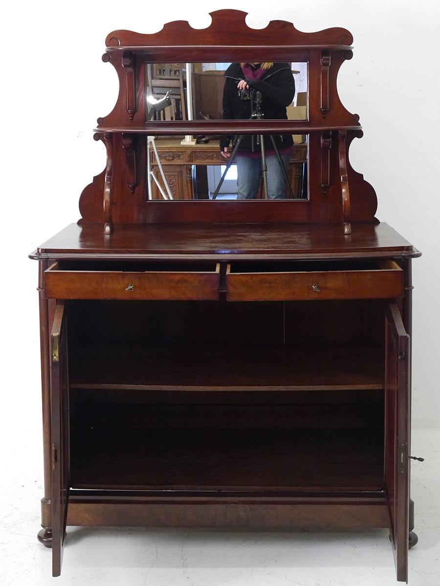 Das Möbel mit geöffneten Schubladen und Türen