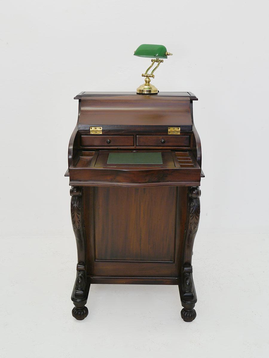 Schreibtisch mit geöffneten Schreibdeckel