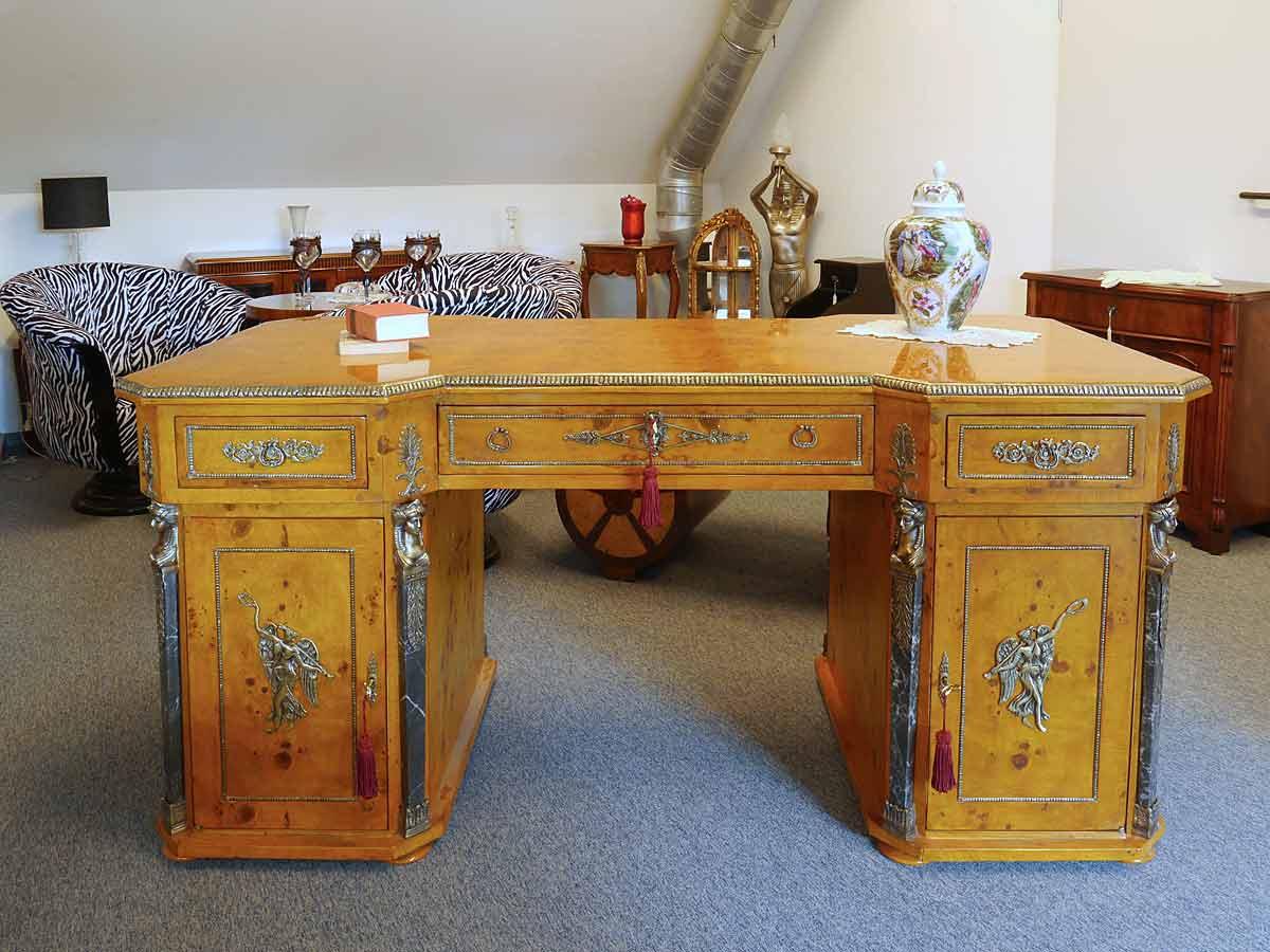 Schreibtisch in Vogelaugenahorn