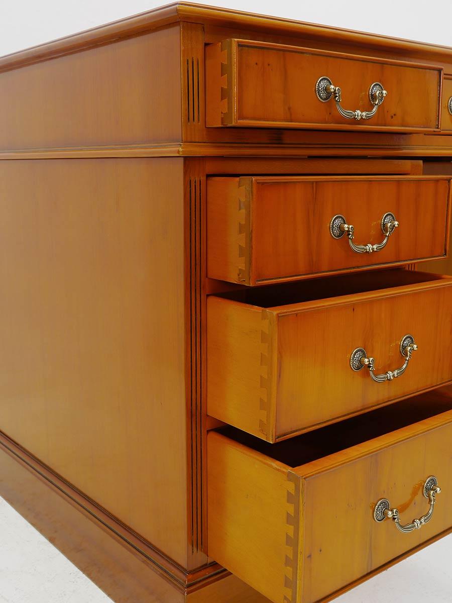Kanzlei Tisch Detailansicht von den geöffneten Schubladen