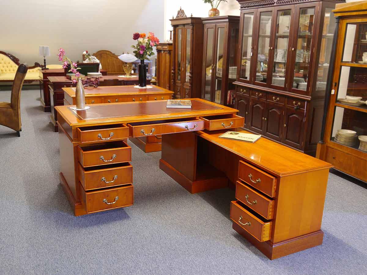 Büroschreibtisch mit geöffneten Schubladen und Türen