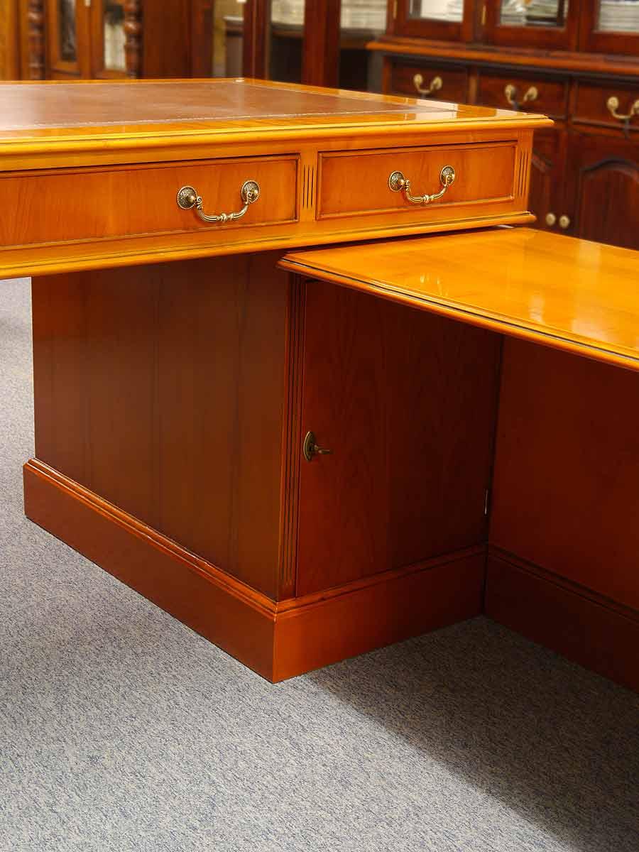 schreibtisch eckschreibtisch b rom bel englischer stil aus eibe furniert 4327 m bel. Black Bedroom Furniture Sets. Home Design Ideas