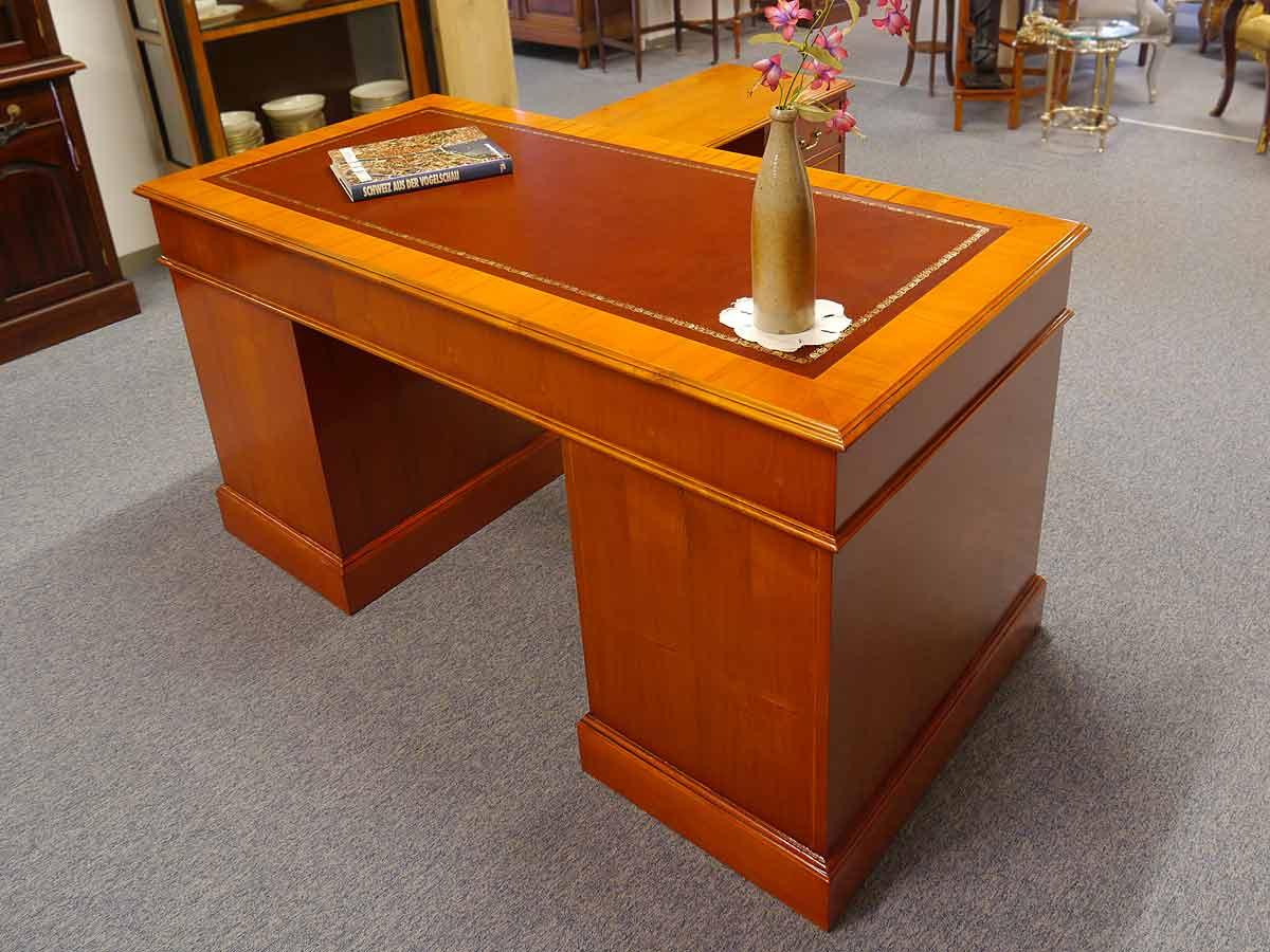 Der Schreibtisch ist frei im Raum stellbar