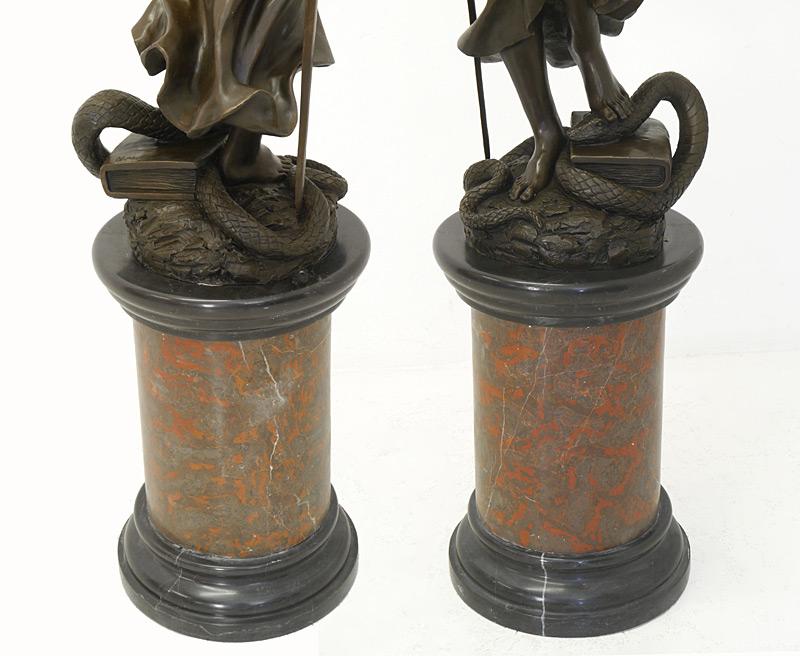 Justitia mit Marmorsockel