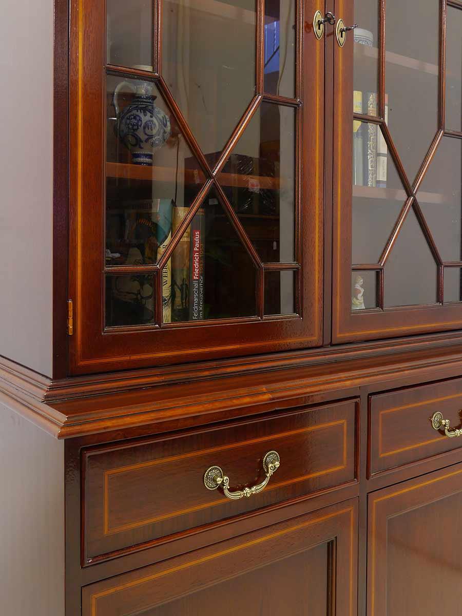 Die Glastüren sind mit vorgelegten Zierleisten ausgestattet