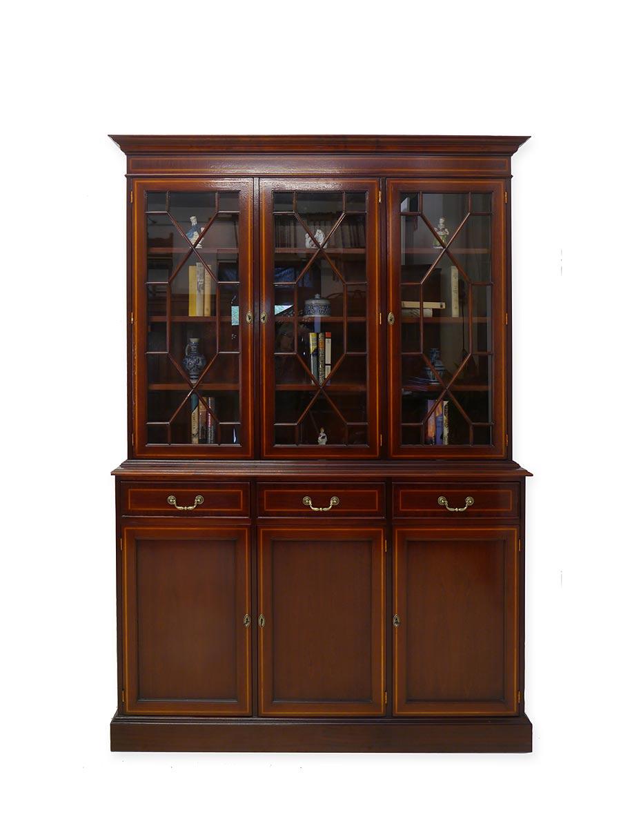 Der Schrank ist nach alten historischen Vorbildern im englischen Stil gefertigt