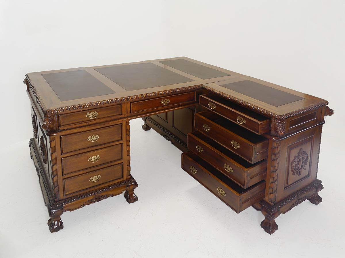 Büromöbel mit geöffneten Schubladen auf der rechten Seite