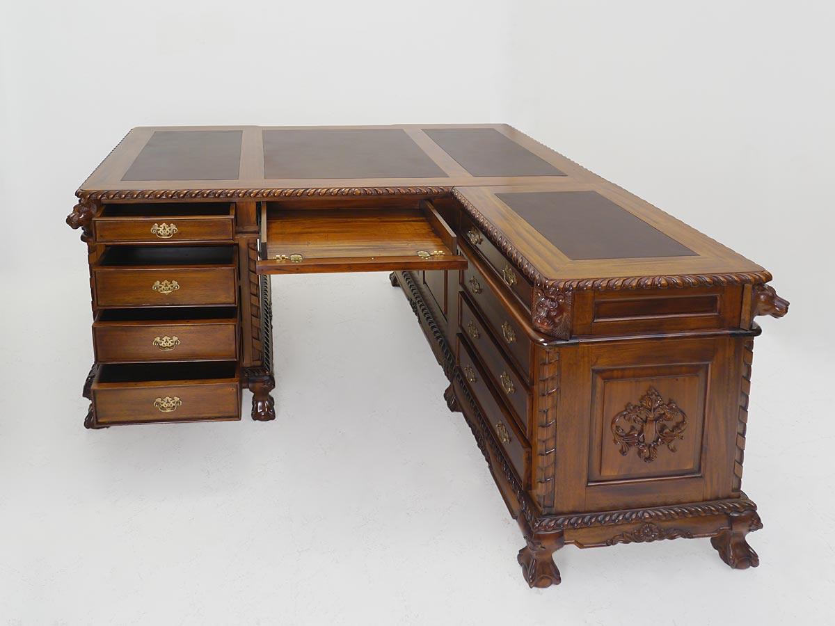 Schreibmöbel mit geöffneten Schubladen auf der linken Seite