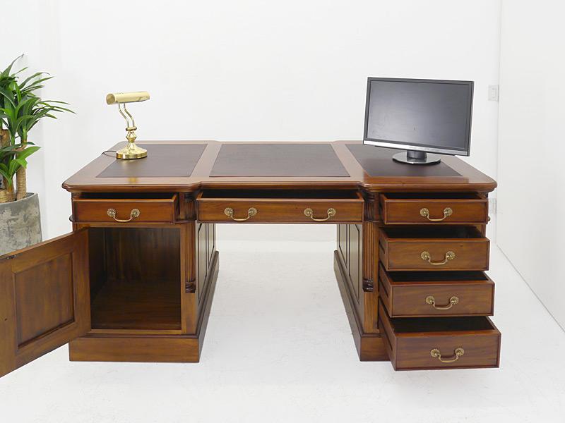 Schreibmöbel mit geöffneten Schubladen und Tür