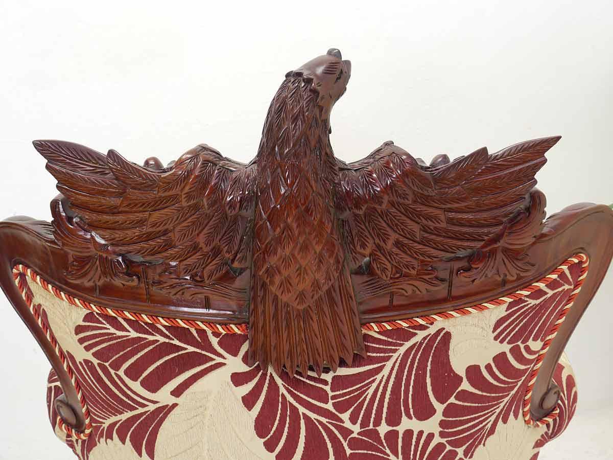 Geschnitztes Adlermotiv von hinten