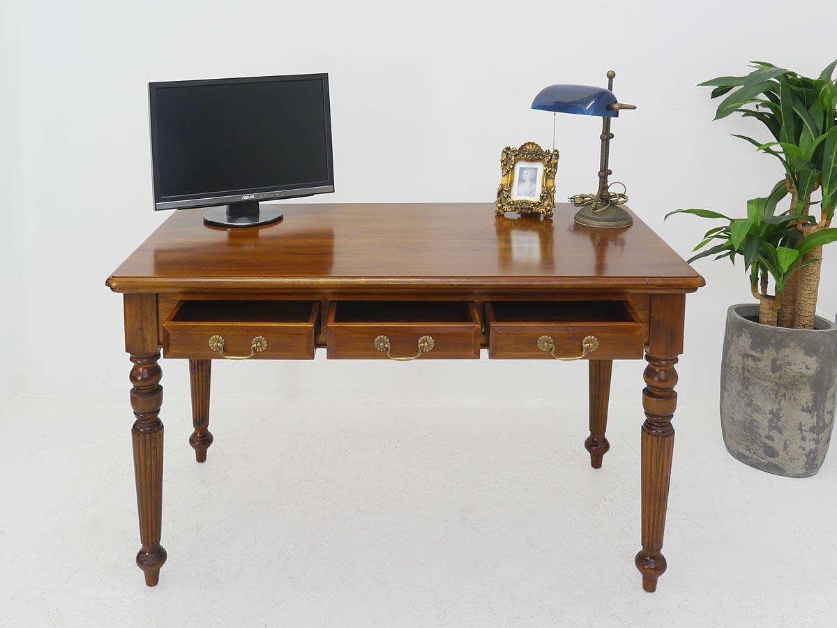 Tisch im Nussbaum-Farbton mit geöffneten Schubladen