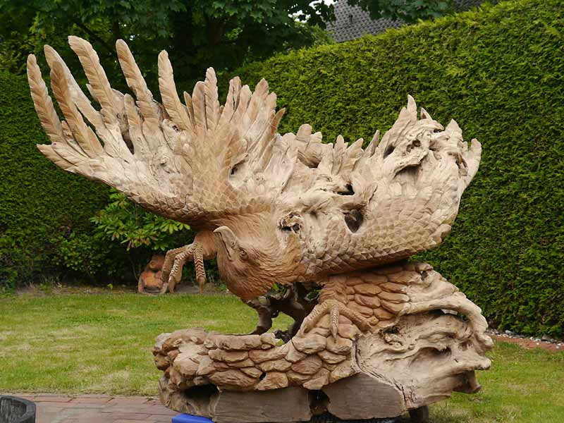 Holzadler hangeschnitzt