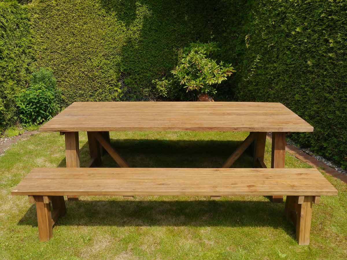 Diese Gartenmöbel bestehen aus zwei Bänke und einem Tisch