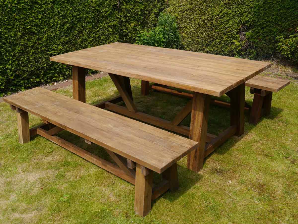 Die Sitzgarnitur besteht aus zwei Bänke und einem Tisch