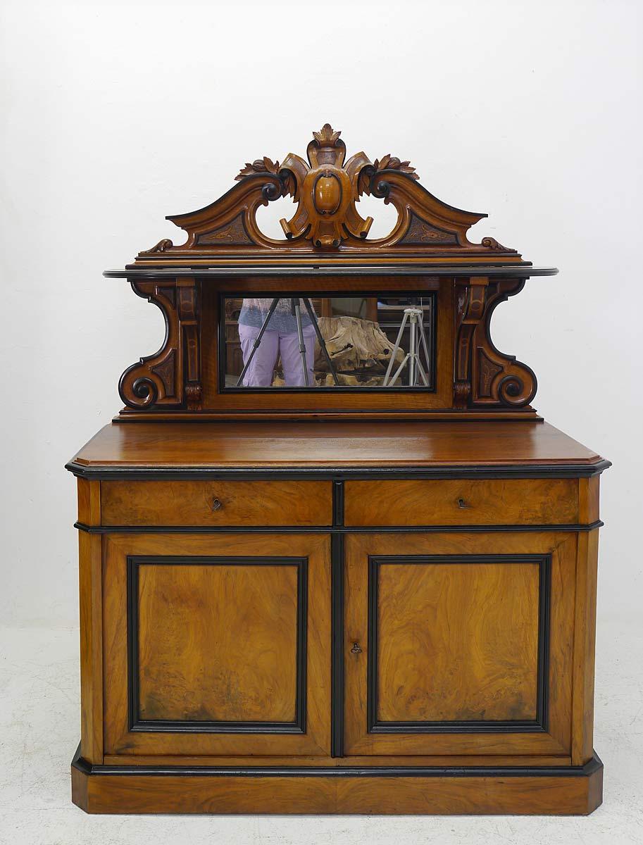 Die Anrichte ist im späten Biedermeier Übergang zum Louis Philippe gefertigt