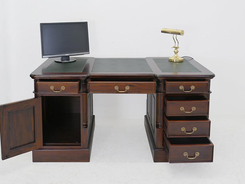 Büroschreibtisch mit geöffnten Schubladen und Tür