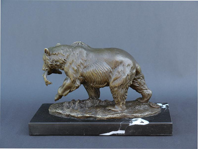 Die Bären-Skulptur steht auf einem edlen Marmorsockel