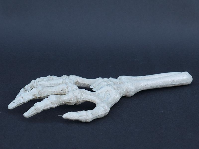 Skeletthand als Flaschenöffner