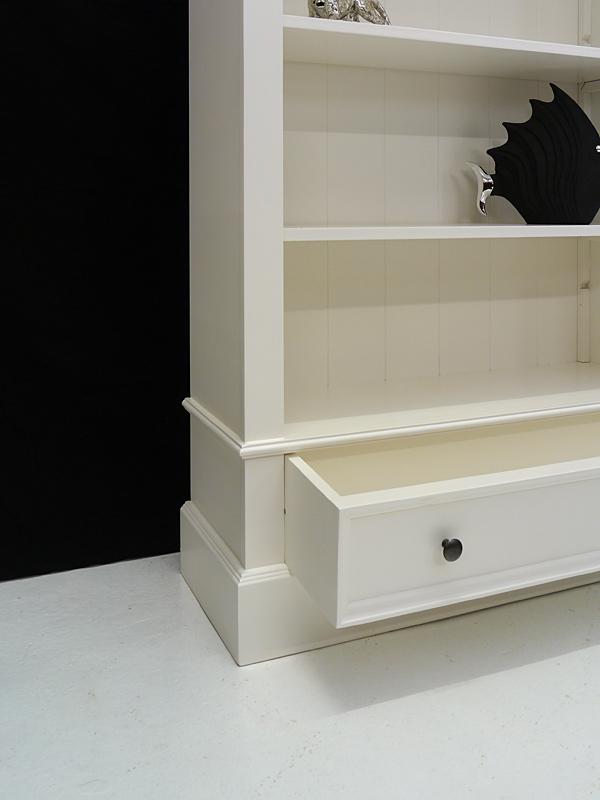 Im unteren Bereich bietet eine Schublade zusätzlichen Stauraum