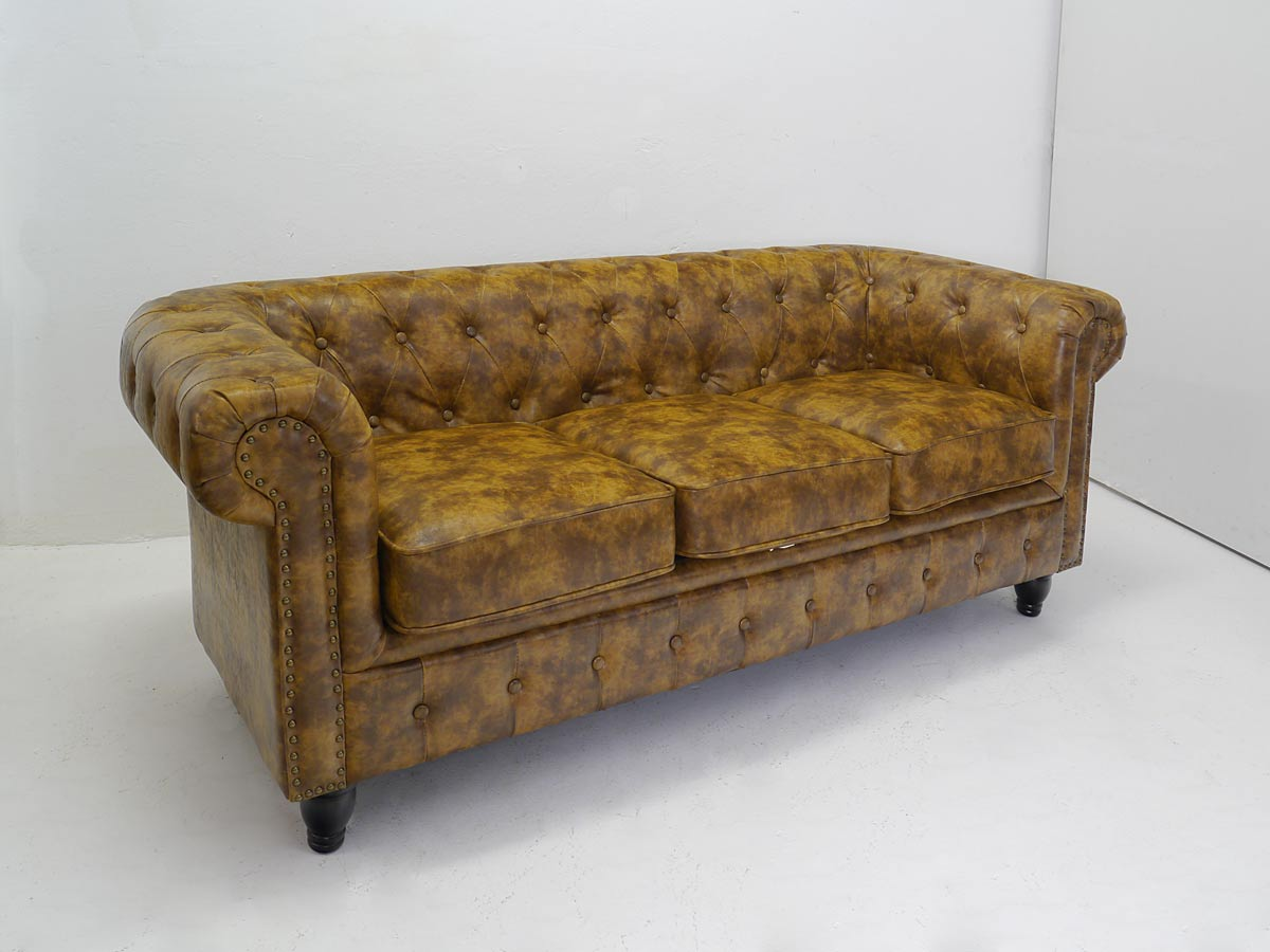 Couch im Chesterfield Design