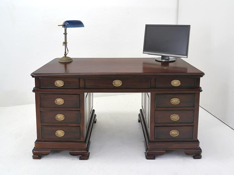 Büroschrreibtisch aus Massivholz im dunklen Nussbaum-Farbton