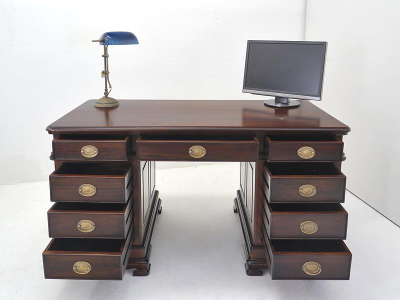 Schreibtisch mit geöffneten Schubladen