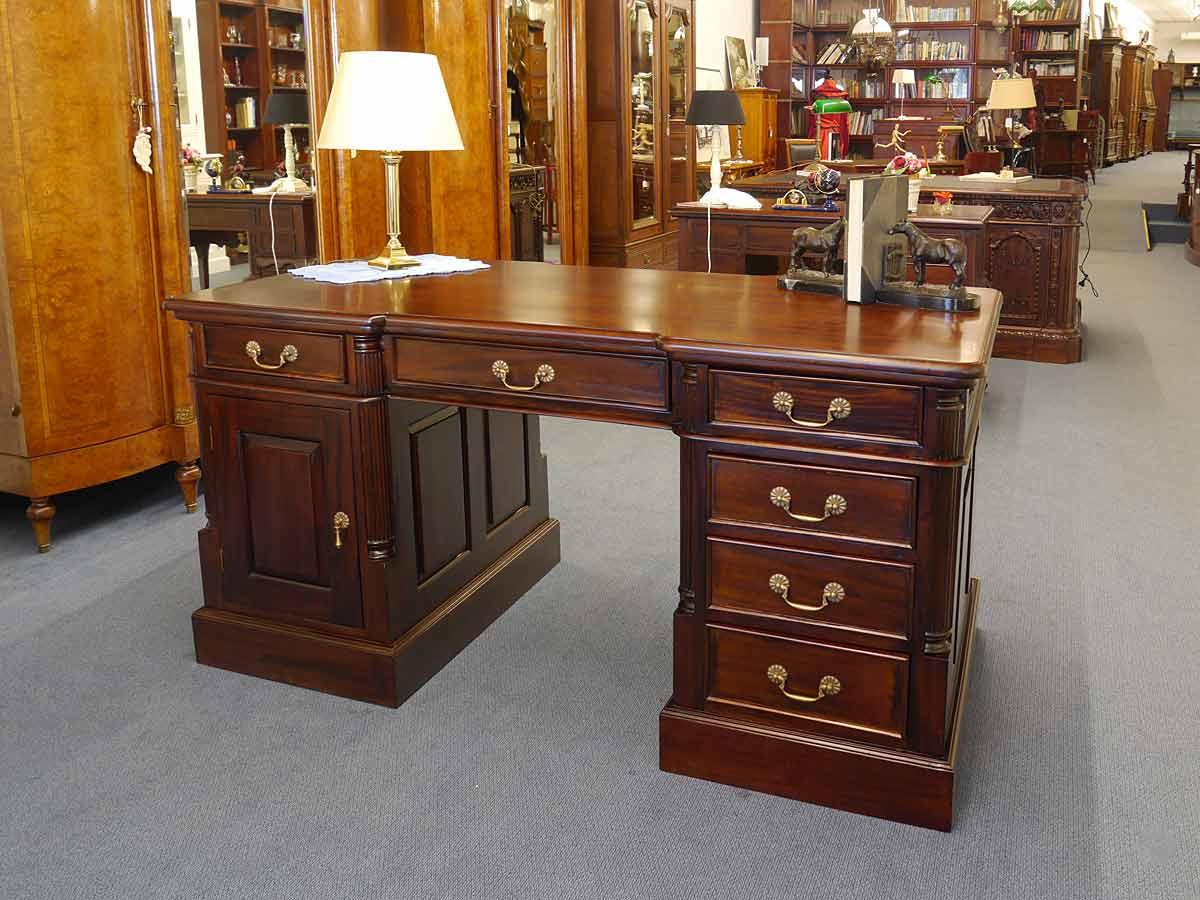 Schreibtisch im antken Stil