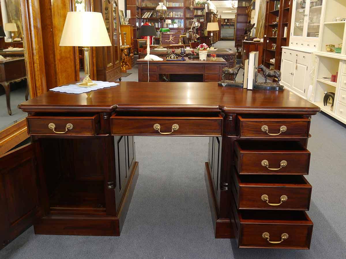 Schreibtisch mit geöffneten Tür und Schubladen