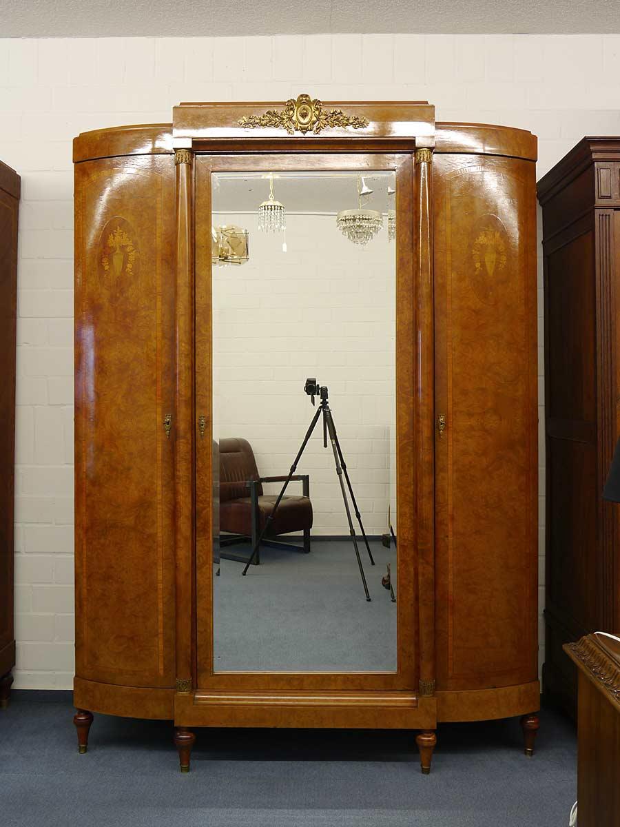 3-türiger Schrank mit großflächigen Spiegel