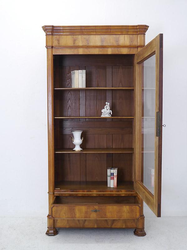 geöffneter Bücherschrank