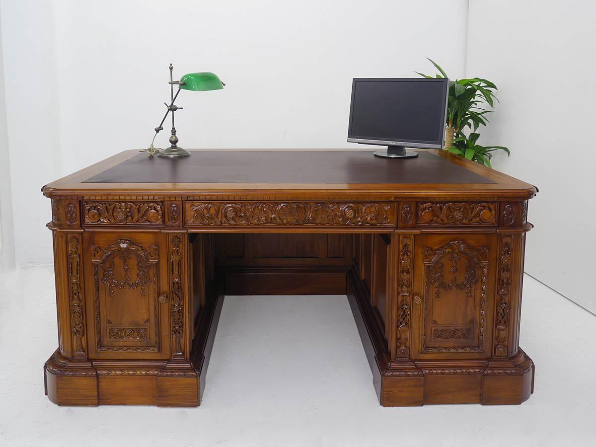 Edler Schreibtisch aus Massivholz im hellen Nussbaum-Farbton