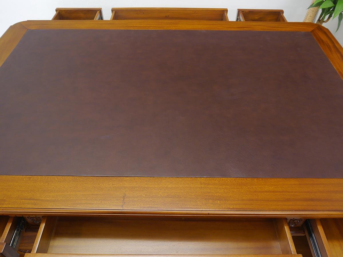 Draufsicht auf die Schreibtischfläche mit Ledereinfassung