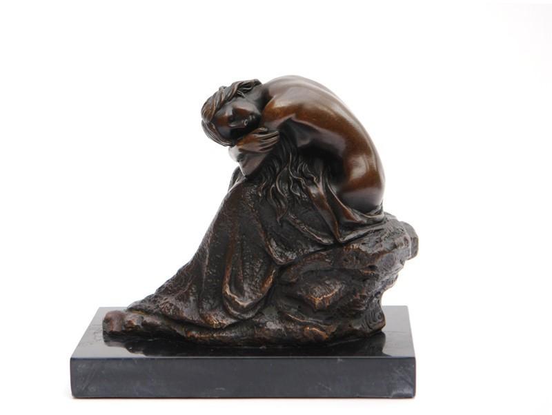 Bronze Figur einer sitzenden Frau auf einem Felsen