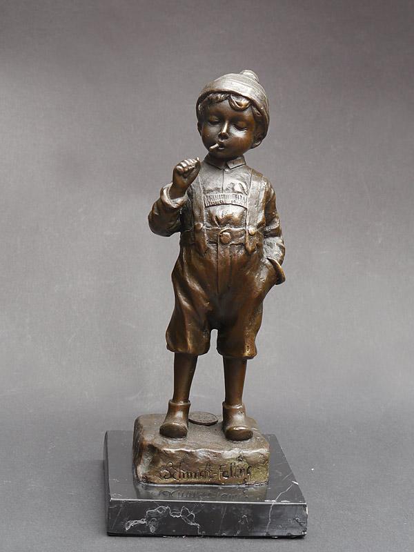 Bronze Figur eines Lausbuben mit seiner ersten Zigarette