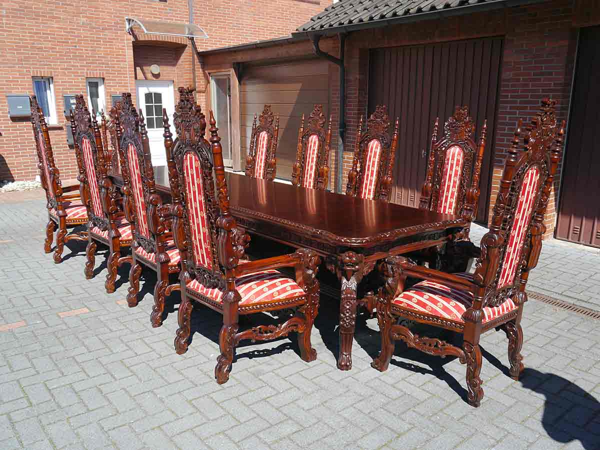 Esstischgruppe im königlichen Stil