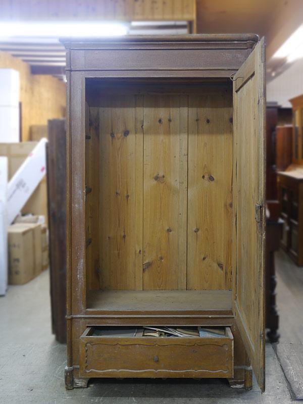 Geöffnete Türen und Schublade