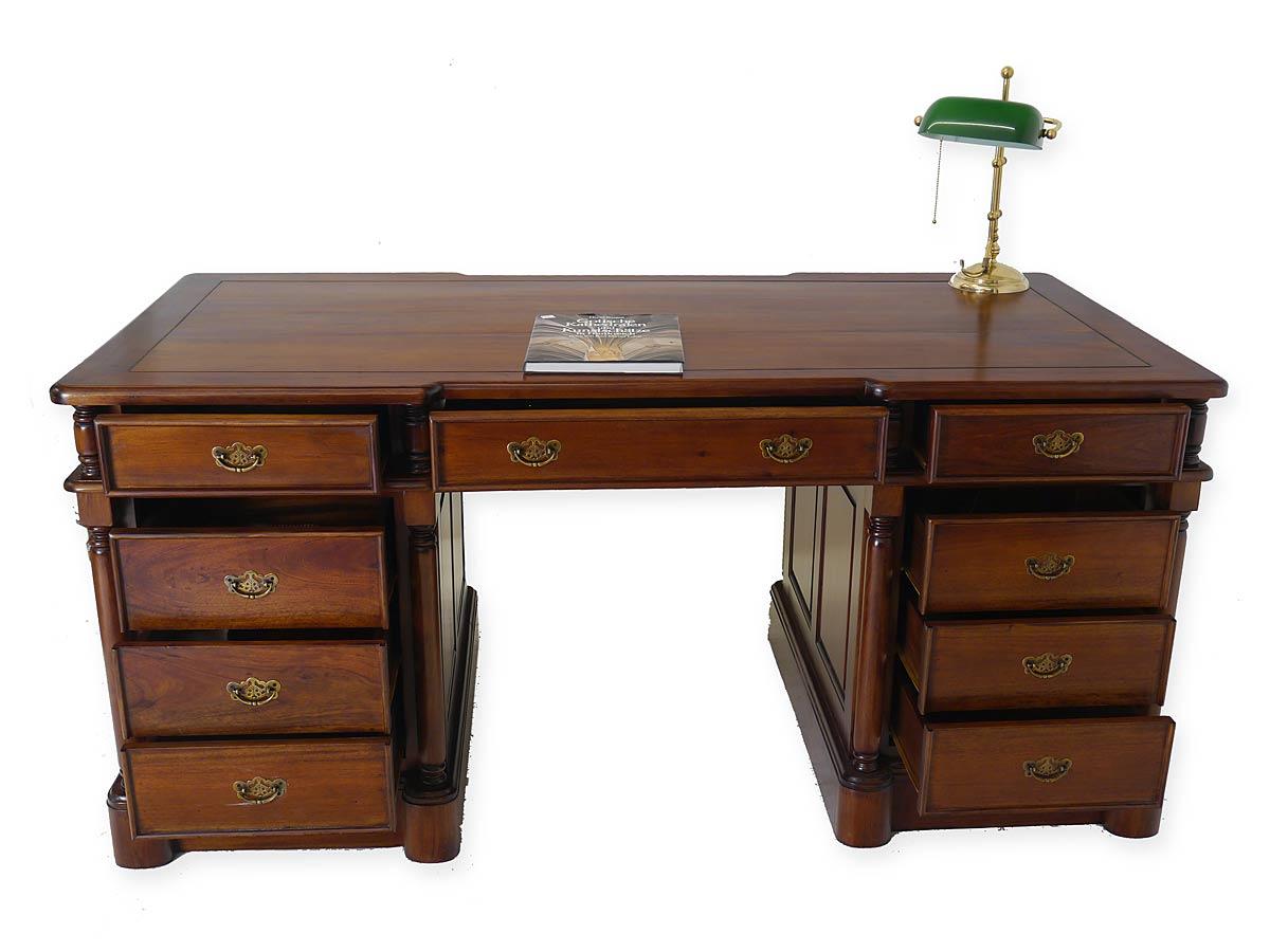 Bei diesem Bürotisch bieten 9 Schubladen Platz für Ihre Unterlagen