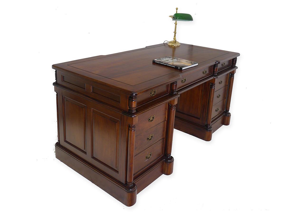 Schreibmöbel aus Massivholz im Nussbaumfarbton