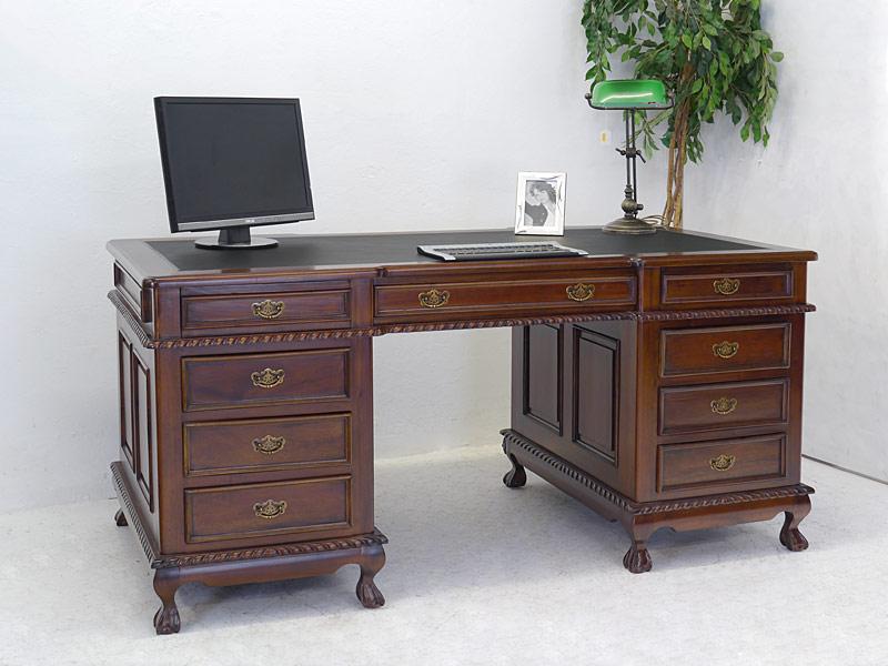 Schreibtisch mit antiken Stilelementen