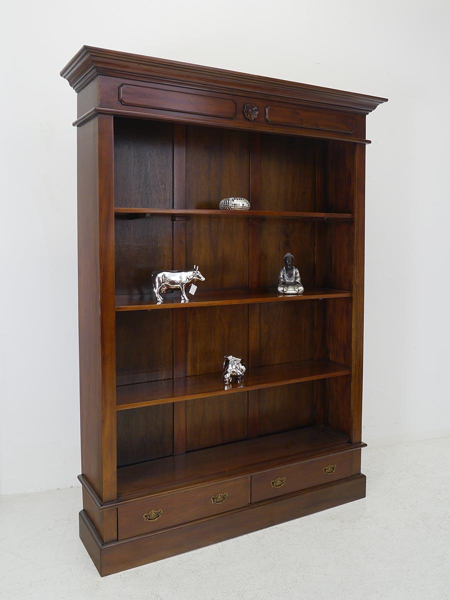 Bücherregal aus Massivholz im Nussbaum-Farbton
